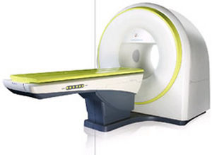 stereotactic radiosurgery linear particle accelerator / with robotized positioning table