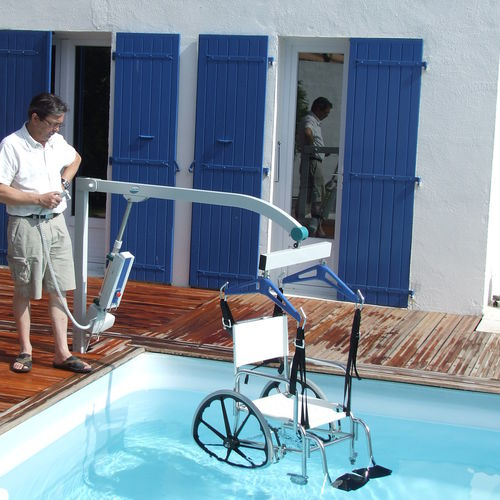 battery-operated patient lift / on casters / floor-mounted / pool