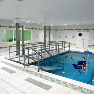 wheelchair lifting platform / swimming pool-mounted