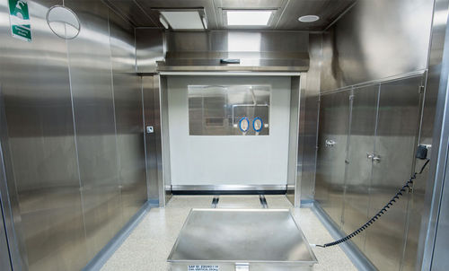 booth for the pharmaceutical industry / containment / walk-in / downflow