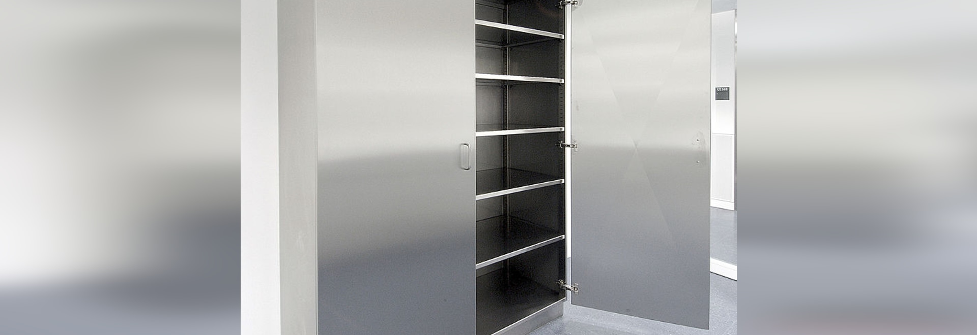 Preparation cabinet with hinged doors