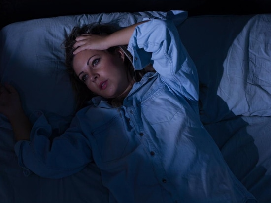 Symptoms of nocturnal diarrhea may include fever and stomach pain.