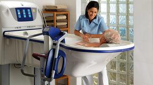 シャワー用チェア / 肘掛け付き / ローラー付き / カットアウトシ-ト付き