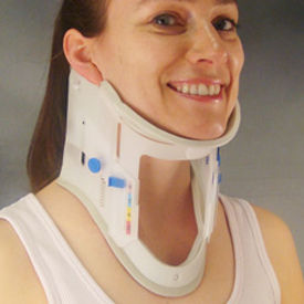 colar cervical rígido / D (12 cm) / com abertura para traqueotomia / para adulto